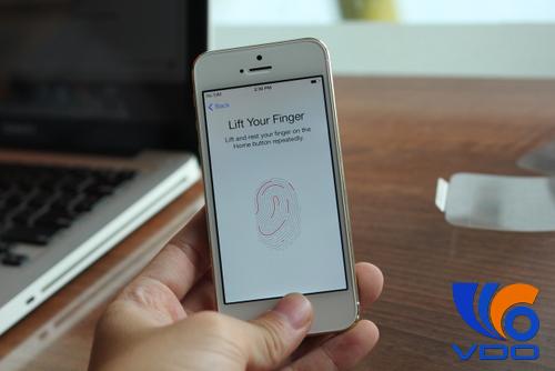 Cảm biến vân tay là nâng cấp thu hút người dùng trên iPhone 5S. Ảnh: Tuấn Hưng.
